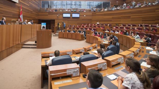 El hemiciclo de las Cortes de Castilla y León celebra un pleno infantil sobre acoso escolar