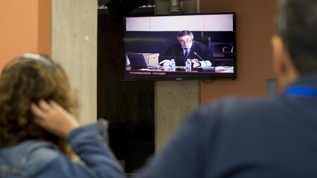 Varios periodistas siguen desde la sala de prensa,mla intervención de Ulled ,