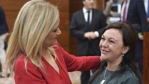 Cristina Cifuentes, presidenta regional, saluda a la nueva diputada, de origen rumano, Anka, Moldovan
