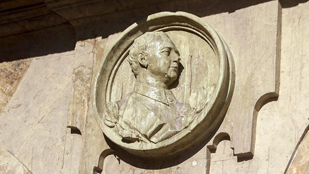 El medallón con la efigie de Francisco Franco ubicado en la Plaza Mayor de Salamanca