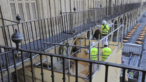 La Policía Local custodiado el trampantojo instalado para la retirada del medallón de Franco en la Plaza Mayor de Salamanca