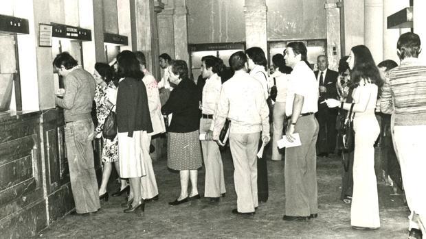 Ciudadanos haciendo cola ante las ventanillas de una oficina de Correos. La imagen es de 1977