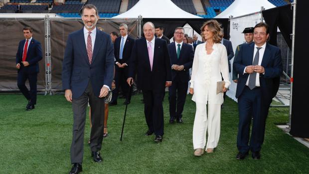 El Rey junto a Don Juan Carlos, Cristina Garmendia y Guillermo Fernández Vara, este lunes en el Vicente Calderón