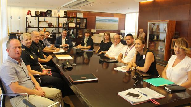 Reunión mantenida este jueves en Benidorm entre diplomáticos británicos y políticos, hoteleros y responsables policiales