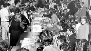 Ciudadanos españoles acuden a votar en los comicios de 1977