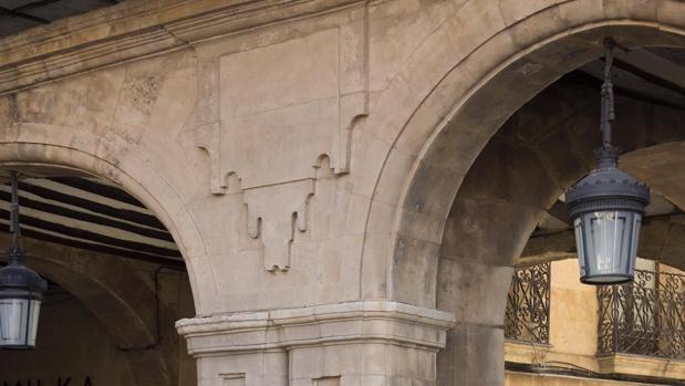 Retiran el andamio que tapaba la intervención sobre el medallón de Franco en la plaza mayor