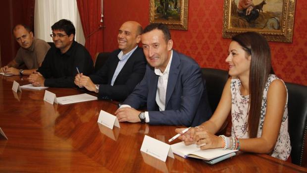 Mireilla Mollà junto a los alcaldes de Elche y Alicante, en un acto público
