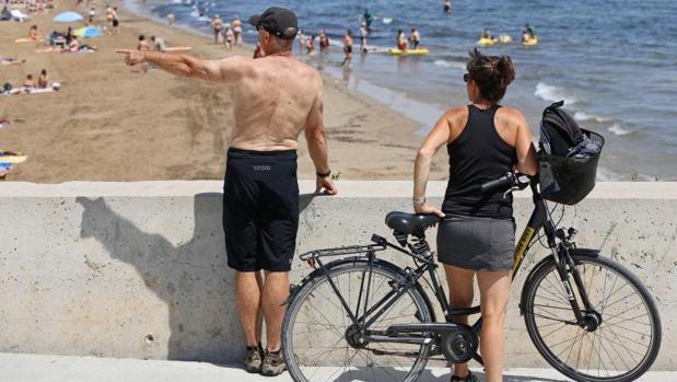 La playa de la Malvarrossa, en Valencia, llena de bañistas por el calor