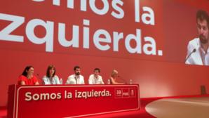 Rafael García, segundo por la derecha, en la Mesa del 39 Congreso Federal del PSOE