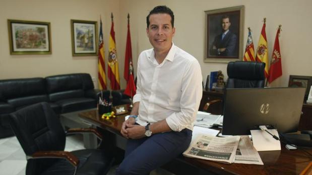 El alcalde de Elda y presidente de la Federación Valenciana de Municipios y Provincias, Rubén Alfaro, en su despacho