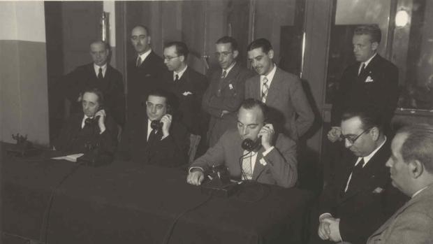 Conferencia desde la central de Toledo con Toledo de Ohío el 5 de julio de 1936. En la mesa, de izquierda a derecha y con auriculares, el embajador C. Bowers, el alcalde G. Perezagua y Germán Erausquin
