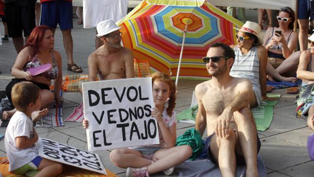 Toledo protesta por los 45 años sin baños en el Tajo
