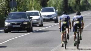 Imagen de dos ciclistas en la carretera de El Saler
