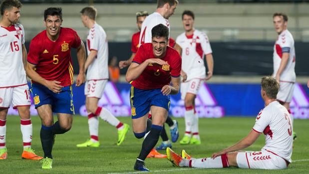 Marco Asensio, en el centro, junto con su compañero Diego González, celebra un gol ante la selección de Dinamarca en Murcia este año