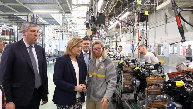 La ministra Fátima Báñez visita la factoría de Renault en Valladolid