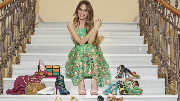 Imagen de Vanesa Romero con los zapatos de las firmas