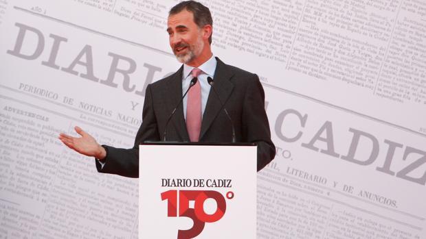 Don Felipe, durante su intervención, interrumpida por un corte de electricidad, en el 150 aniversario del Diario de Cádiz