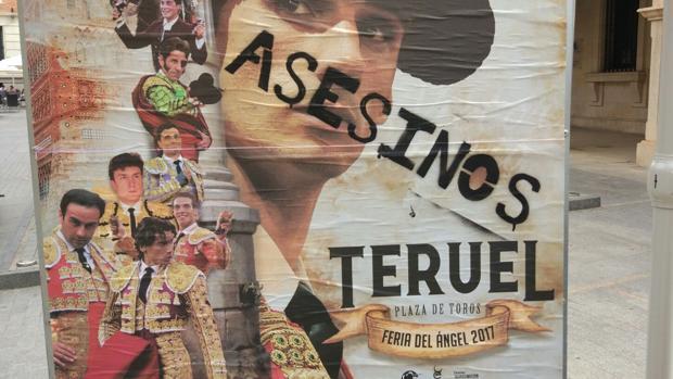 Carteles en los que se ha escrito la palabra «asesinos» sobre el rostro de toreros, incluido el del fallecido Víctor Barrio