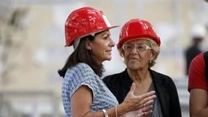 Carmena con la alcaldesa de París, Anne Hidalgo, en una imagen de archivo