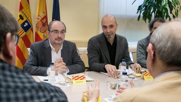El presidente de Aragón, Javier Lambán, durante una reunión con representantes de asocaiciones de memoria histórica