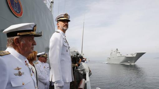 Don Felipe preside desde una pequeña tarima la parada naval junto a Don Juan Carlos el mes pasado