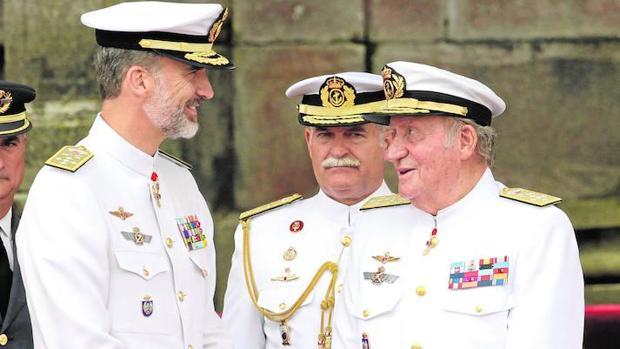 El protocolo militar se adaptó sin problemas a la presencia de dos Reyes-Capitanes Generales en la Escuela Naval Militar de Marín hace justo un mes