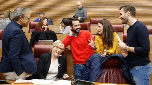 Los diputados del PSPV Manolo Mata, Ana Barceló y José Muñóz, junto a los de Compromís Mireia Mollà y Fran Ferri