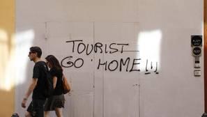 Imagen de una pintada contra los turistas captada en el centro de Valencia