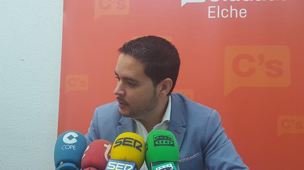 Imagen de la rueda de prensa de David Caballeros, portavoz de Ciudadanos en Elche