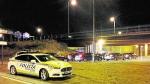 Dos vehículos de la Policía Municipal, el jueves, juntos a los Uber y Cabify en Mad Cool