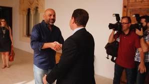 García Molina y Page se saludan antes del comienzo de la reunión en el Palacio de Fuensalida