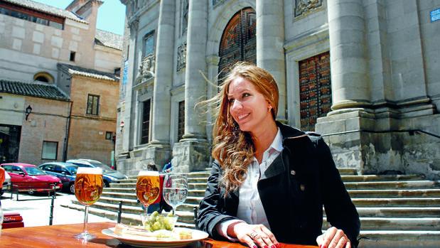 María Toledo disfruta de una cerveza en el toledano bar La Flor de la Esquina