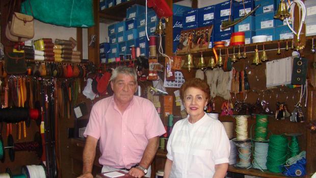 Carmen de la Vega, propietaria del negocio, junto a Francisco, empleado de la casa