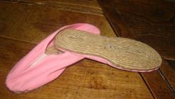 Un modelo antiguo de alpargata con la suela hecha a mano