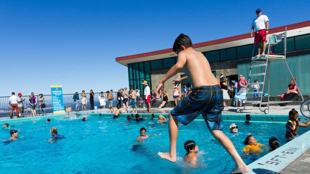 Un grupo de niños se bañan en una piscina en una imagen de archivo