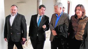 El presidente de Castilla-La Mancha, Emiliano García-Page, con los líderes sindicales Pedrosa y Gil (ya no sigue en el cargo) y la consejera Franco