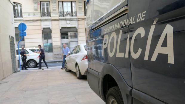 Imagen de archivo de una patrulla de la Policía Nacional en Alicante