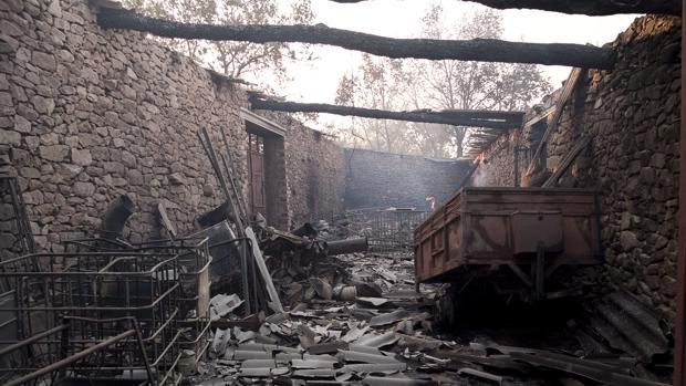 Imagen del incendio en un corral en Aldeadávila de la Ribera