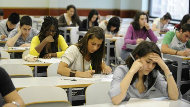 Imatge d'uns estudiants fent exàmens