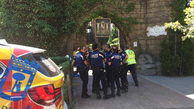 Policías municipales ante la atracción averiada ayer