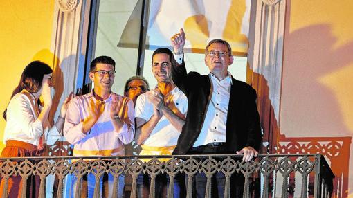 Ximo Puig, ayer, en el balcón de la sede del PSPV, junto a su equipo de campaña