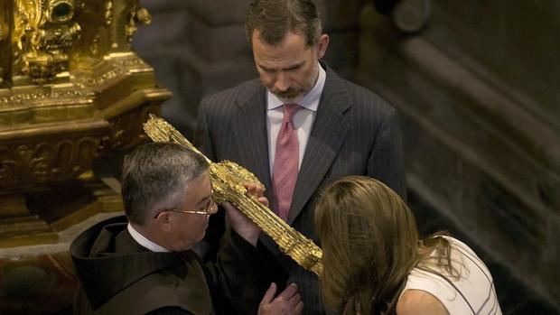 La Reina besa el fragmento de la Santa Cruz en Liébana