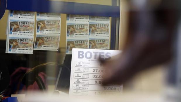 Décimos de lotería en una administración de Alicante