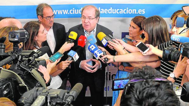 El presidente de la Junta, Juan Vicente Herrera, atiende a los medios de comunicación