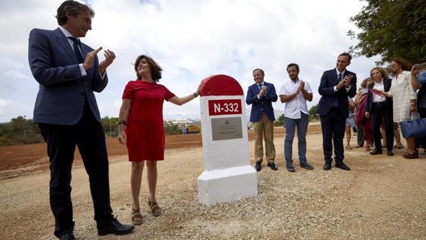 Sáenz de Santamaría y el ministro de Fomento, Íñigo de la Serna, visitan la reanudación de las obras de la variante de Benissa en la carretera N-332.