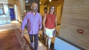 José García Molina con María Díaz camino de la rueda de prensa donde han dado a conocer los resultados