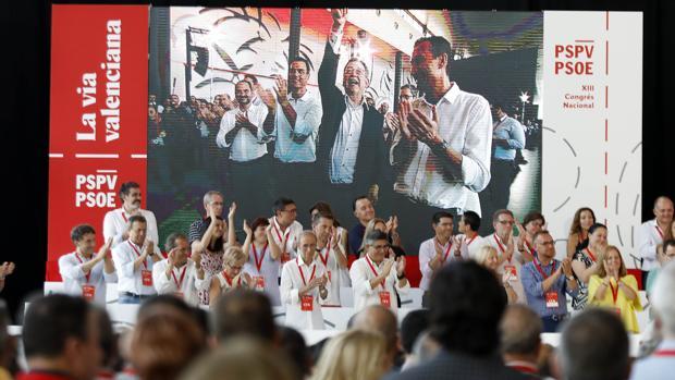 Aplausos durante el congreso del PSPV-PSOE en la Institución Ferial Alicantina (IFA), en Elche