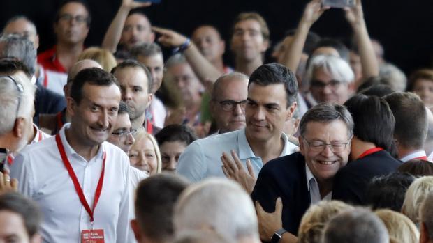 Puig y Sánchez, con el alcalde de Elche saludando a asistentes al congreso del PSPV-PSOE en Elche