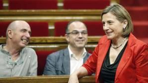 Forcadell, en primer plano, y tras ella, Llach y Turull, en el Parlamento de Cataluña