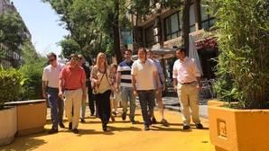 Cifuentes, Almeida y otros representantes del PP madrileño, ayer, en la calle Galileo